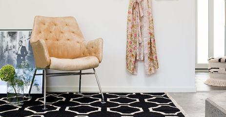 Zwarte / grijs,  kelim moderne - vloerkleed in een hal.
